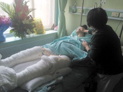 赵阿姨在照顾女儿,尹修赫疼得满头大汗。