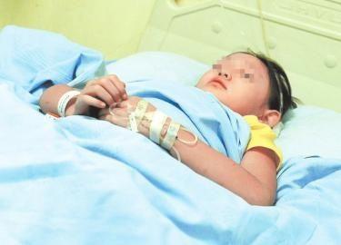 10月2日,6岁的小燕燕在华西医院骨科病房。