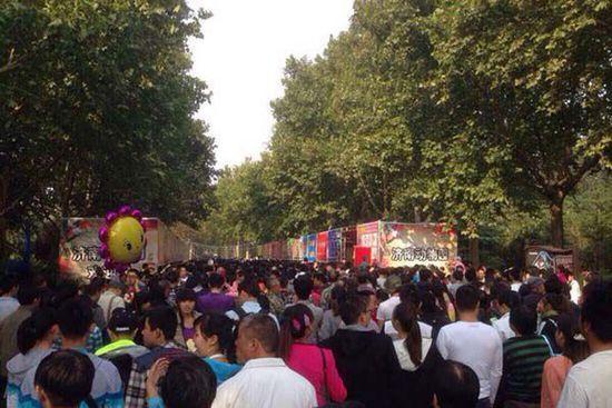 济南四大免费景区动物园最挤,1800只动物一天看了14万人。