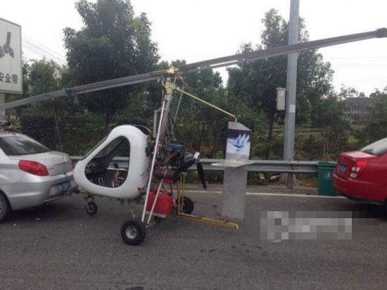 男子带自制直升飞机上高速。