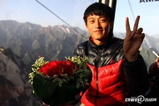 """10月3日,西安小伙在华山景区经历了一次""""人在囧途""""的求婚之旅。"""