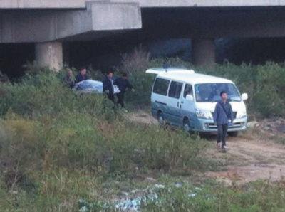 警方将尸体运离现场。