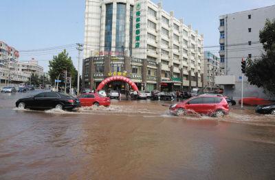 东纬路已被水吞没,而且水量很大。