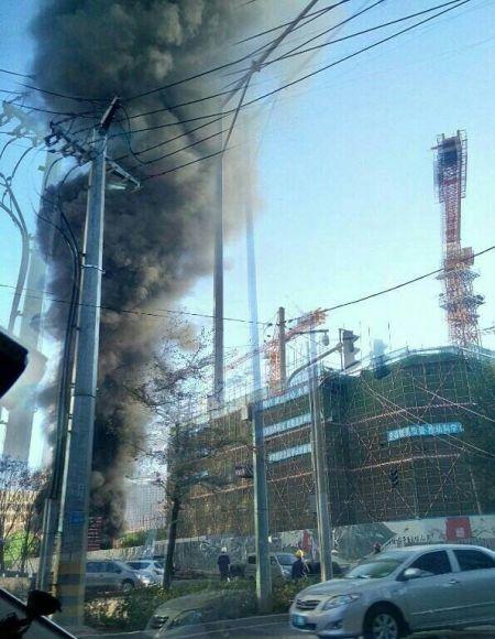 辽宁工业展览馆附近一建筑工地发生火灾