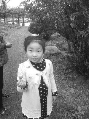 女孩失踪时,穿着灰色有圆点图案的裙子家人供图