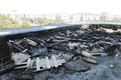 公建房顶被烧得面目全非