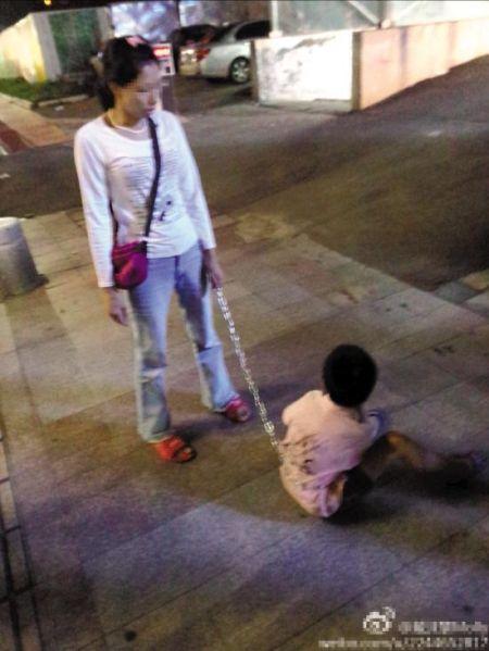 9岁孩子被母亲用铁链拴着走