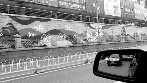 西塔公铁桥下近千米长的涂鸦墙