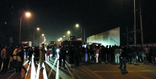 8日晚,愤怒的小区居民走出家门找物业讨说法。