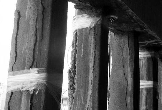 多出开裂的水泥柱用胶带缠住