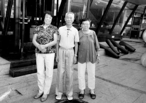 王淑琴(右)与指导员乔师傅(中)和劳动组长大姐(左)晚年重逢。