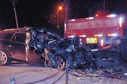 越野车的前车身、车头被撞得粉碎 。