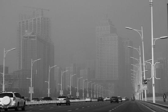 雾霾中的浑河桥。 本报记者 赵金健摄