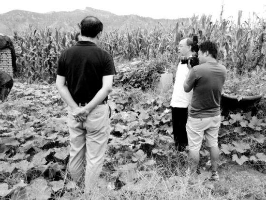梁勇教授(右二)到发现陨石的地方考察