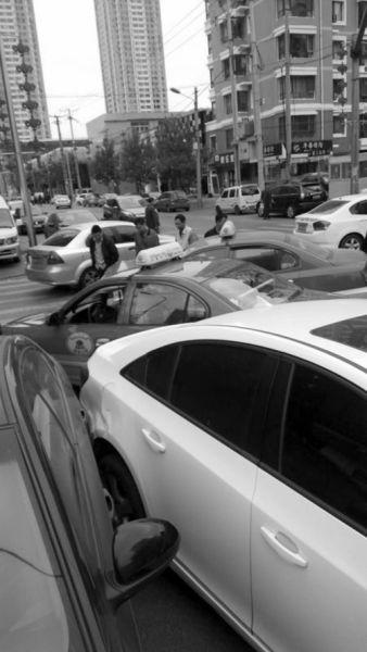 俩出租车相撞,殃及路边俩轿车。