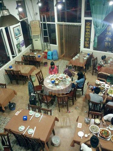 """王小箭被指在吃饭时""""性骚扰""""两名年轻女性。"""