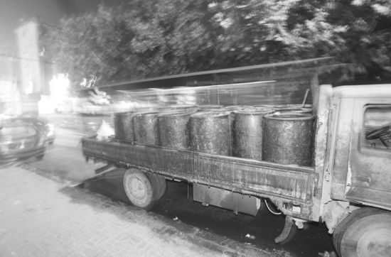 10月10日晚,非法运输餐厨垃圾车被扣住