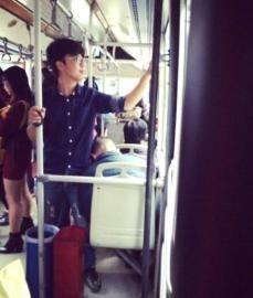 """12日,赵蒙在公交车上为一位熟睡的老人充当""""人肉靠垫""""。"""