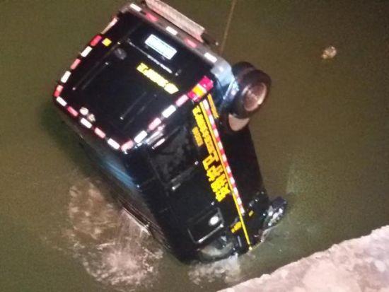 救援人员用了近6个小时,终于将运钞车打捞上岸