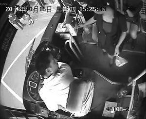 公交车司机第一次提醒乘客。
