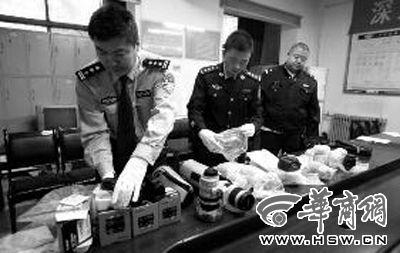 昨日下午,民警对犯罪嫌疑人盗窃所得的单反相机机身和镜头进行清点。