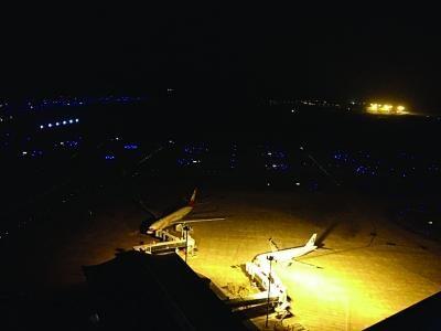 左图:航班备降南京。 右图:空管部门开辟绿色通道。
