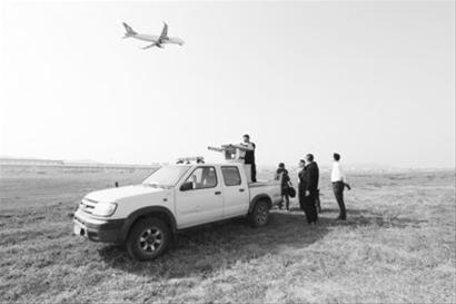 机场驱鸟人