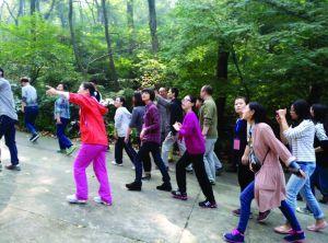 昨天午饭后,栖霞寺师父带着禅修班学员登山