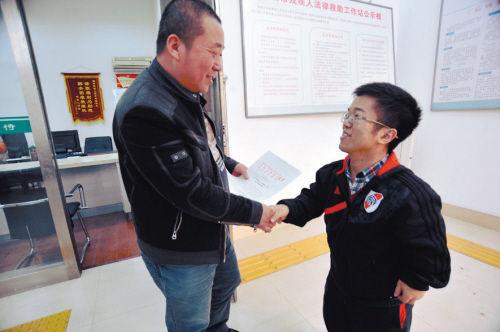 2013年,辽宁省公务员考试中,沈阳首次设置了残疾人公务员岗位,家住沈阳市三好社区的25岁四级肢残青年李野成功考入。