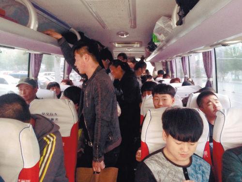 驶离车站后,长途客车超载运营