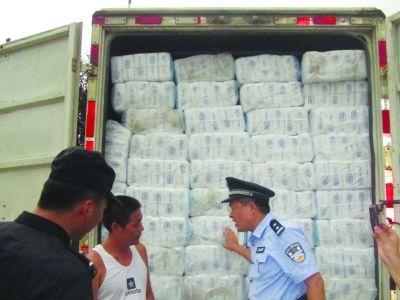 民警缴获的假冒卫生纸巾。