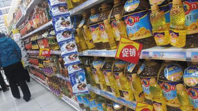 食用油专柜挂着促销的牌子,不少5L食用油的赠品还是同样的油。