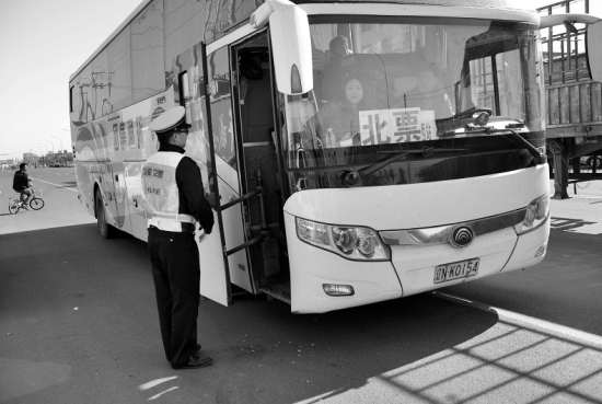 交警在对城际客运车辆进行检查