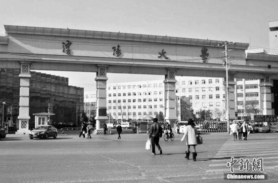 沈阳大学校门前 资料图