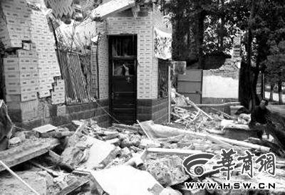 25日,看着自家被强拆的房子,张建林一脸茫然