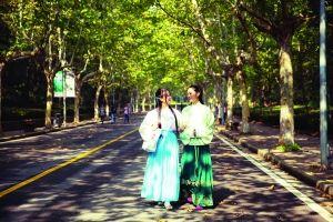 王婷婷(左)希望通过汉服,把传统美德融入日常生活 陈立宇 摄