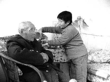 老年公寓工作人员在照顾老人