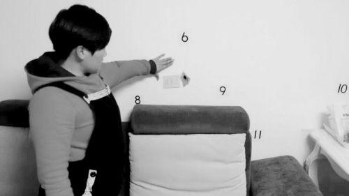 韩女士清点家中墙上的裂缝
