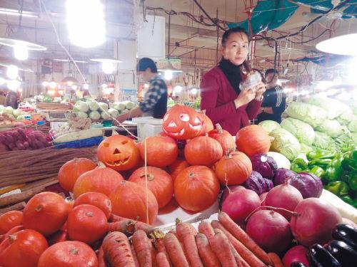 除了南瓜,市场上还售卖做好的南瓜灯