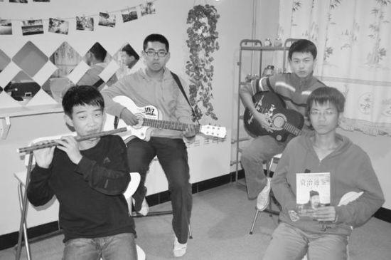 孙贯华(左前)、张笑天(左后)、张强(右前)、付浩(右后)在理工休闲驿站活动。受访者供图