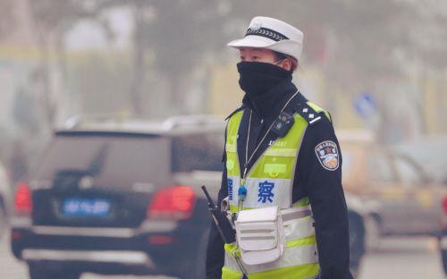 雾霾侵袭户外工作者:工作4小时相当吸烟两包半