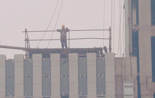 雾霾天,并不影响建筑工地施工。