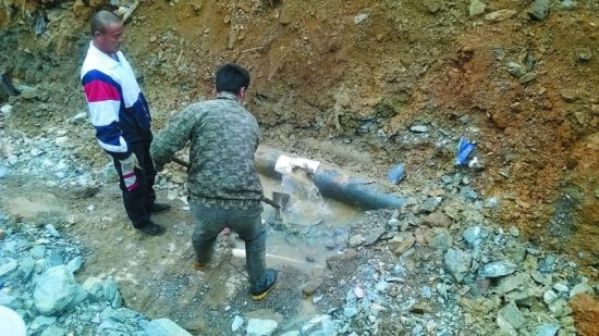 挖掘机挖漏水管 60℃水喷出7米高