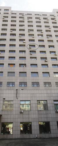 男子为躲债用窗帘结成绳索从10楼滑下被困9楼窗台