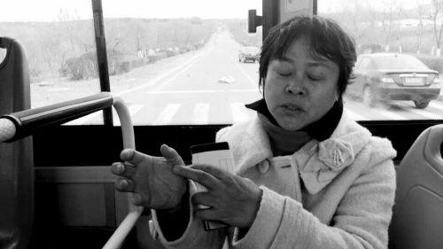 乘客讲述车祸过程。