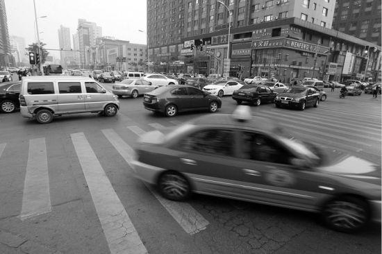 """车辆拥堵时""""闯绿灯""""违法  应在原地等待"""