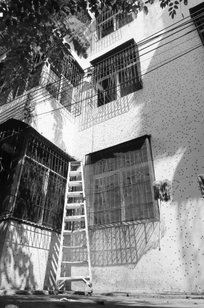 局长家中被妻子捉奸 情妇后窗爬绳离开(图)