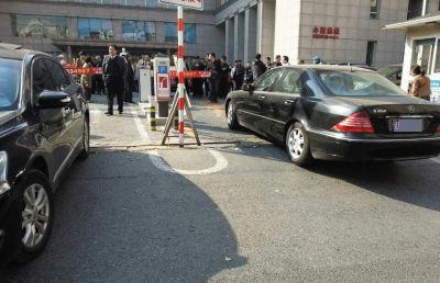 大连路虎车被挡 车主找两辆车将医院大门堵死