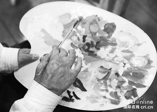 摆在病房的画架上,有一幅未完成的西瓜,欠缺一粒粒黑色的西瓜籽儿。