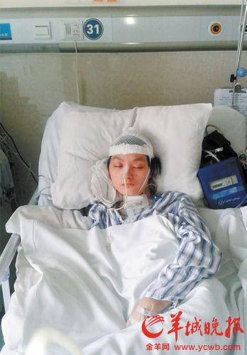 女大学生王芷晴躺在医院里。
